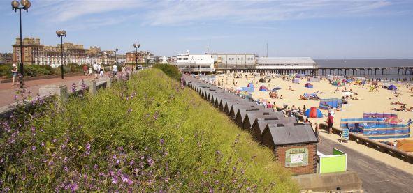 22)_Lowestoft_Beach_&_Prom_(Jon_Gibbs)