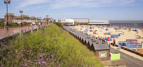 22)_Lowestoft_Beach_&_Prom_(Jon_Gibbs)